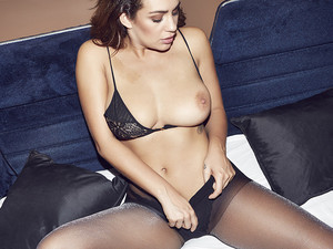 Holly-Peers-Uk-topless-nude-photoshoot-t7dtbgnmqa.jpg